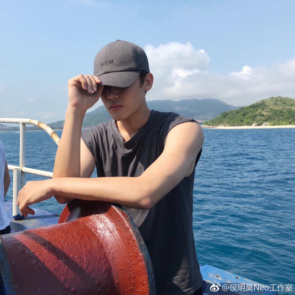 中二少年Captain侯已就位  穿无袖T恤大秀健硕手臂