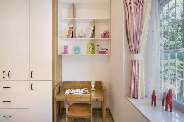 靠窗一侧设计书桌,在有限的空间让小女孩也有自己的学习天地!图片