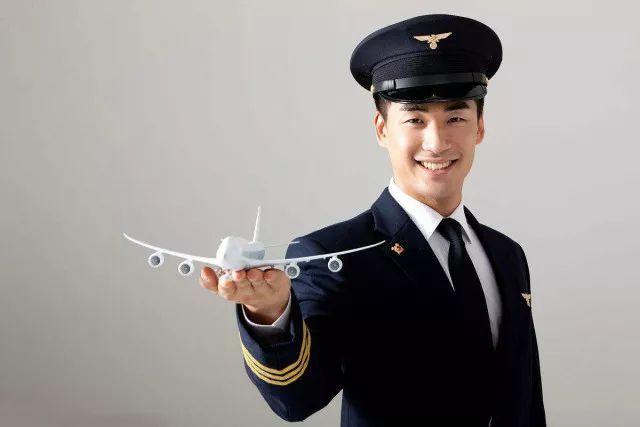 民航飞行员成为最难离职行业,有公司要求赔偿1200万才给自由身。网友点评