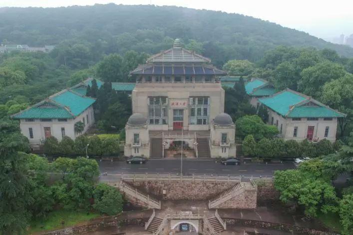 教育 正文  武汉大学行政楼,建于1936年1月,坐南朝北,占地 8140平方