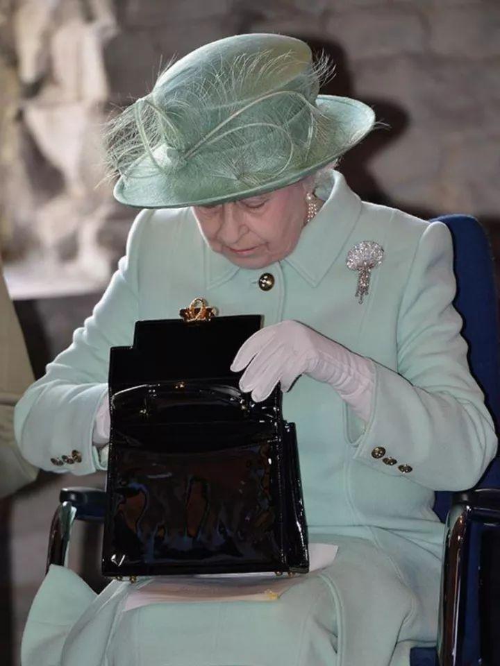 女王奶奶的包包里都有啥?女孩们快来看!