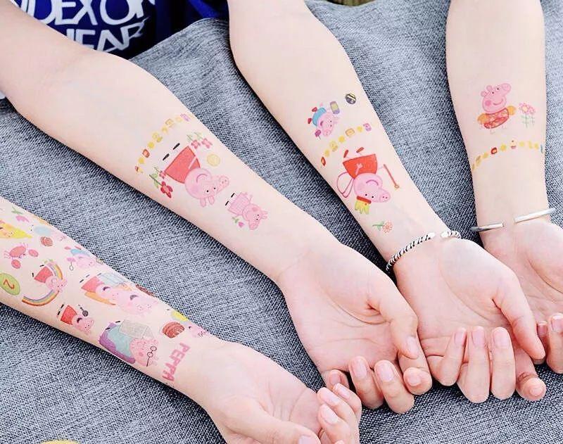 各种小猪佩奇书包,玩偶,手表,纹身,贴纸等周边风靡一时.
