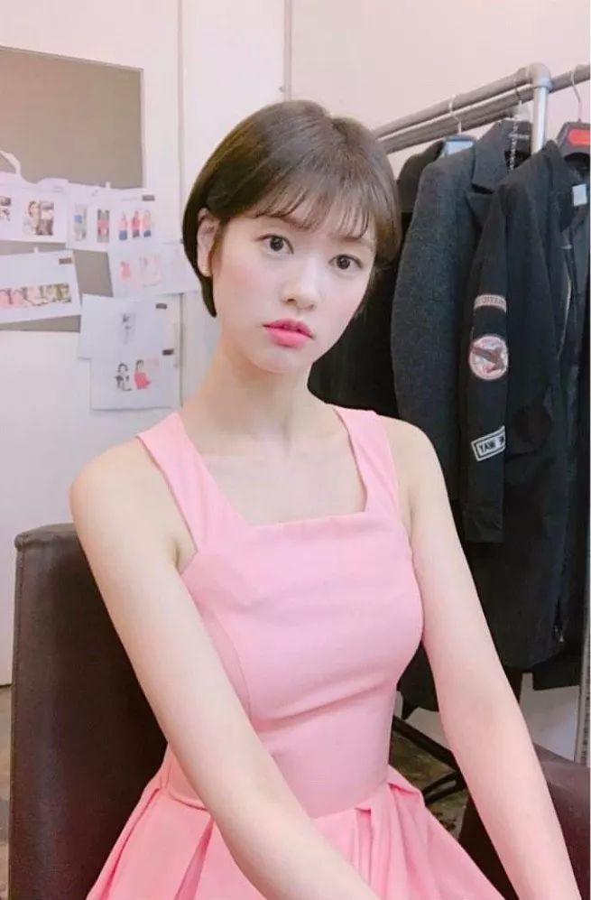 少女的第1次的图片_穿着粉色的蓬蓬裙的郑素敏依旧满脸的少女感,用粉嫩的轻柔少女裙装