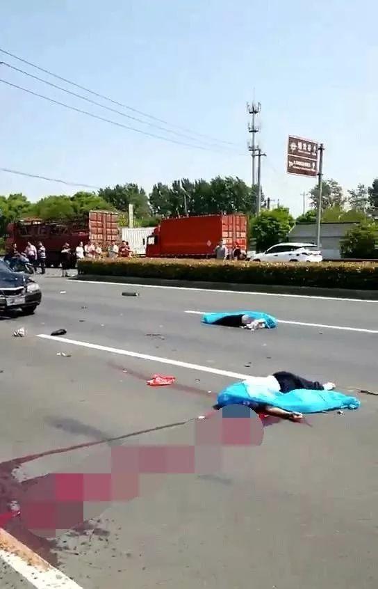 常州青洋路与武南路十字路口发生车祸,现场满地鲜血,惨不忍睹.