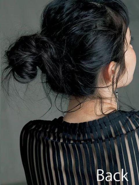 卷过的头发扎包子头,随意散落的头发,可爱中散发一丝丝诱惑哦.图片