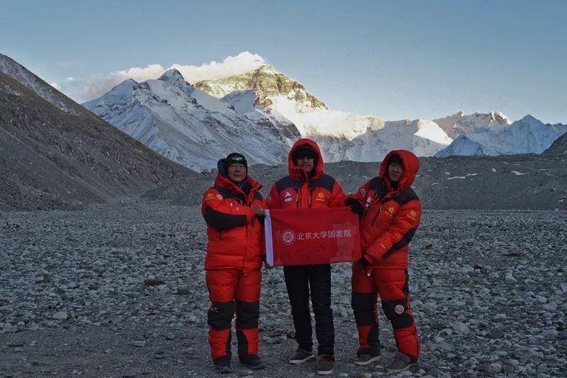 北大国发院3名学子登顶珠峰,献礼北大120周年校庆