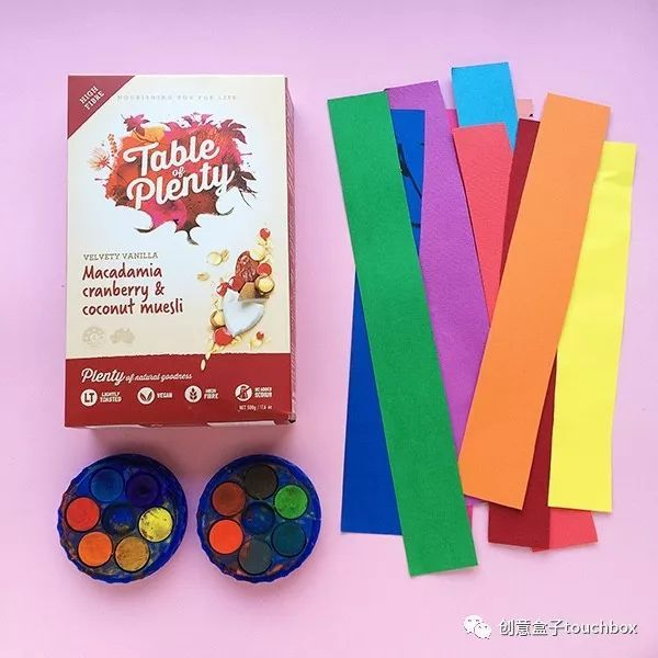 用彩色的纸条在盒子内卷曲,扭转, 哇,造型多变的色彩区间出现了, 这图片