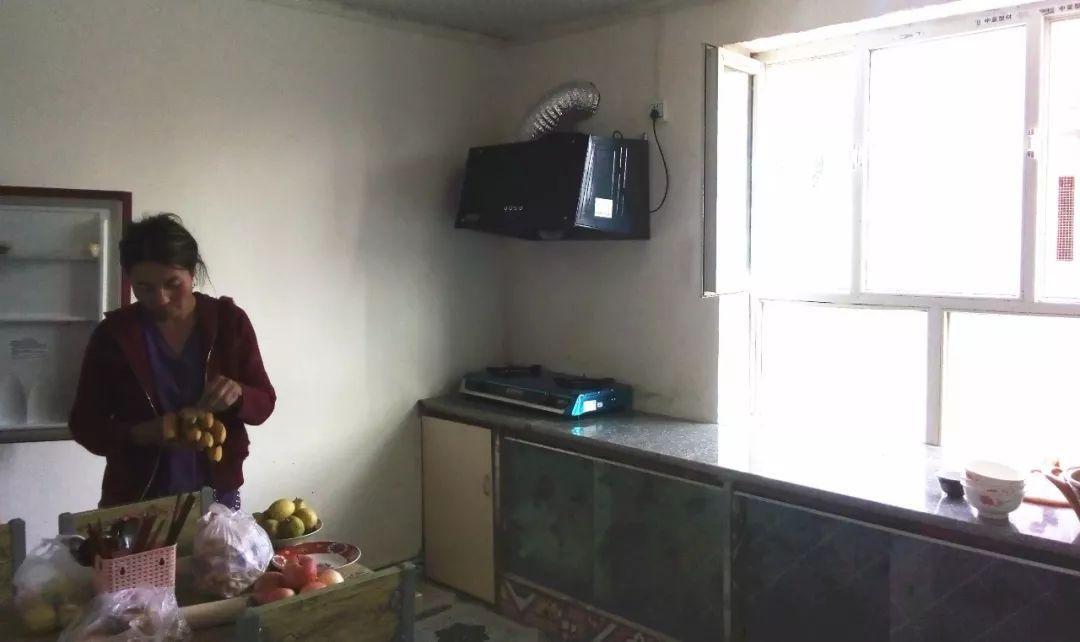 改造后具有现代化气息的农民标准厨房-拜城县召开农村改厕改厨改居图片