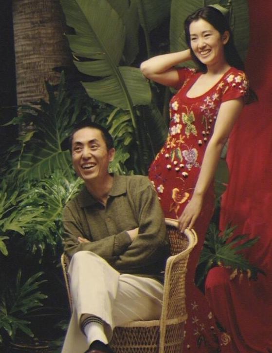 张艺谋巩俐新电影_张艺谋巩俐26年前合影曝光,素颜穿低胸的巩皇实在太美