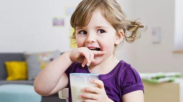 配方奶还是鲜奶?1岁以后的宝宝喝哪个更好?