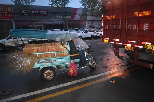 中牟老人雨夜骑电车追尾货车身亡 只因这个东西