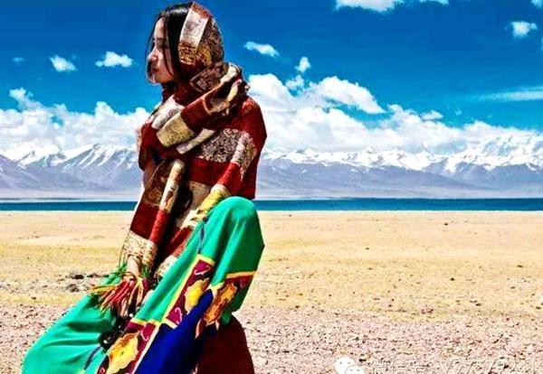 女孩去西藏旅游,一定要记得带一条灰色的长裙子,否则