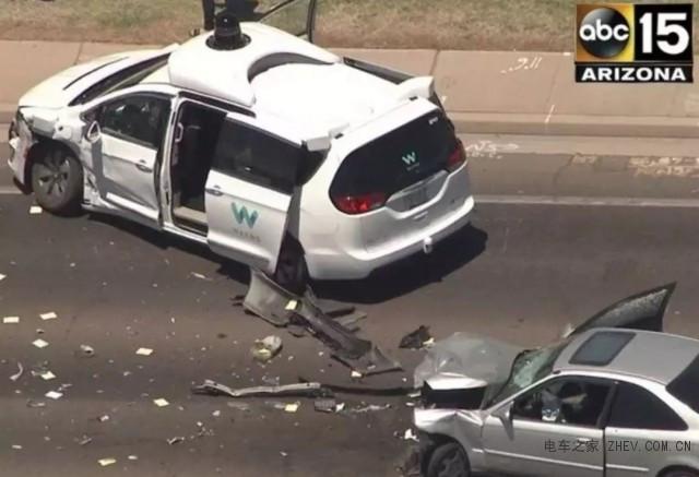 """""""总有人类想撞我"""":Alphabet旗下Waymo自动驾驶汽车遭遇严重车祸"""