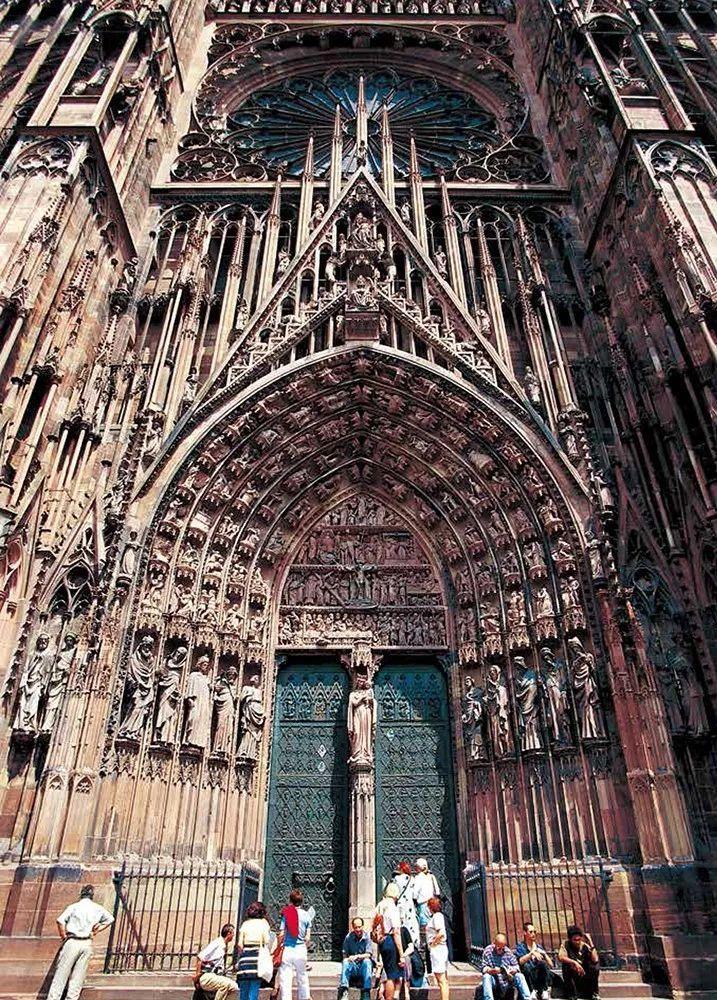 除了少数的教堂,大部分的哥特式教堂西正面的钟楼尖塔不是塌了就是图片