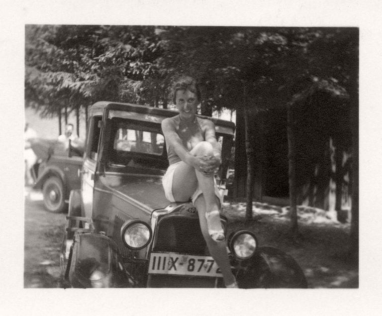 20年代照片_1-20世纪20年代德国女性用车的黑白照片集,这些照片体现了当时女性