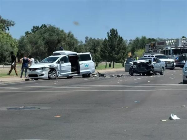 谷歌自动驾驶测试车遭遇车祸 严重受损