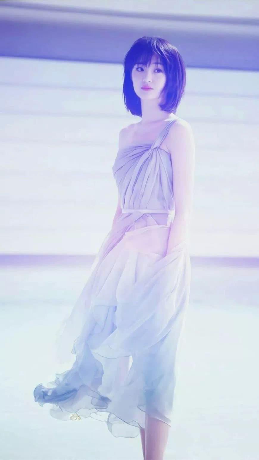 郑爽走红毯不穿礼服?少有的礼服还是前年的,网友:太美了!