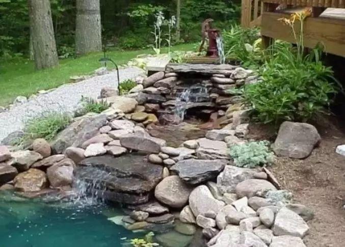 水流量与出水口的形状 将得到不同的水帘形态 水幕墙可以倾泻如瀑布图片