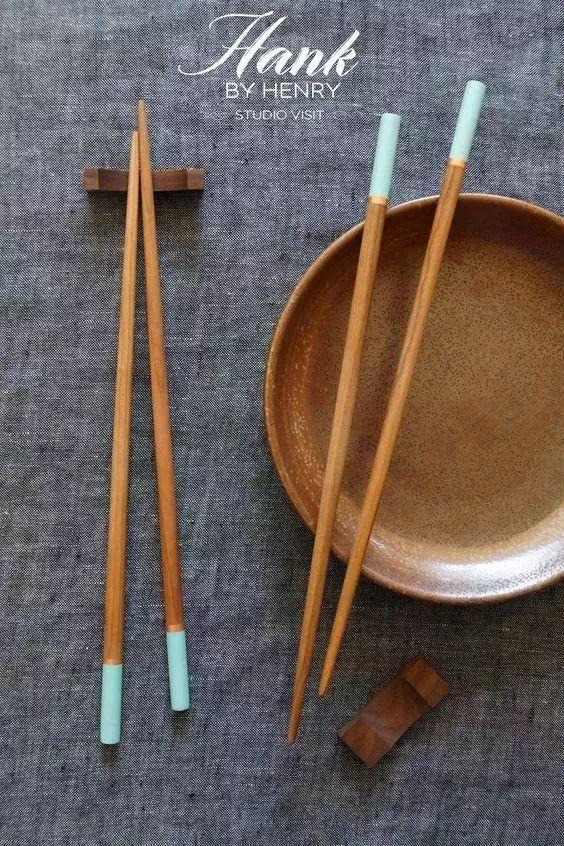 正文  碳化竹筷具有高稳定性的特点,是普通竹筷经高温碳化工艺制作而