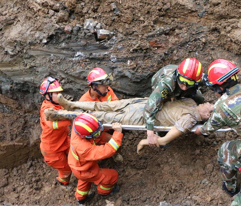 湖北:在建工地坡面坍塌2人被埋 鄂州消防紧急救援