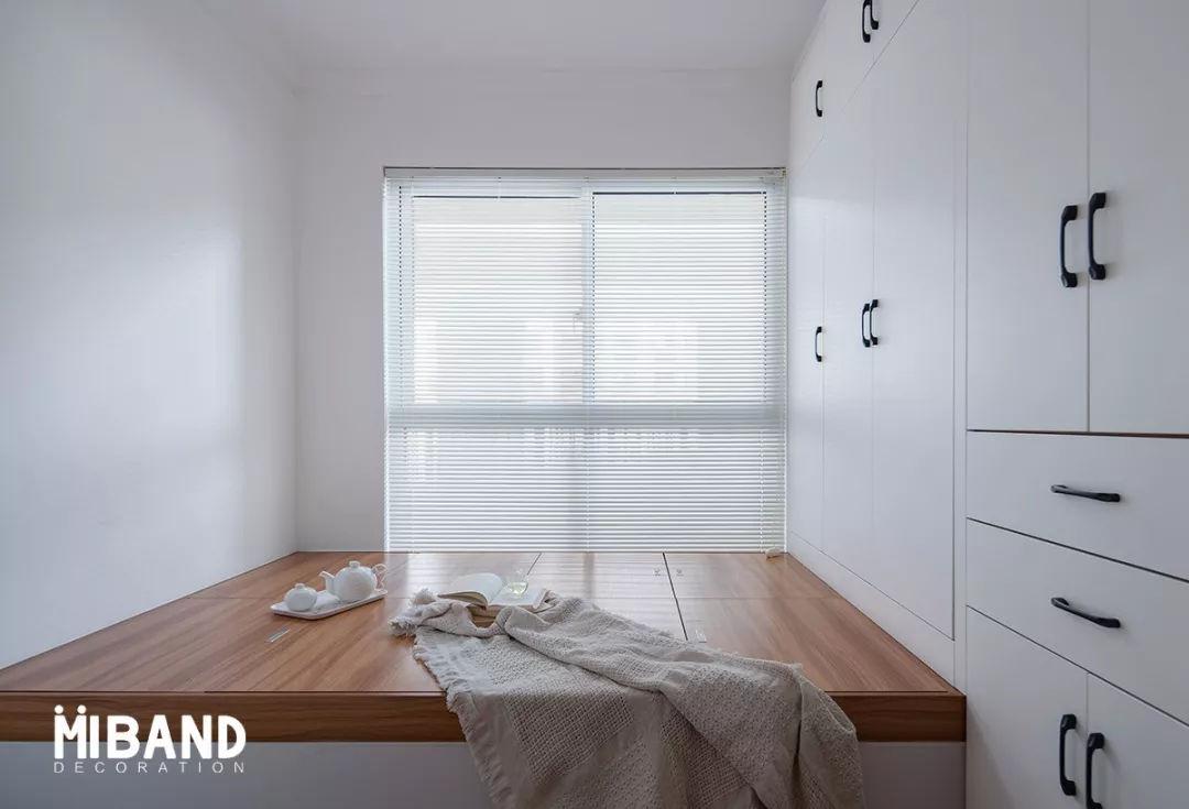 满足他们的收纳需求,将小房间设计为榻榻米房,集双开门衣柜,书桌,大床