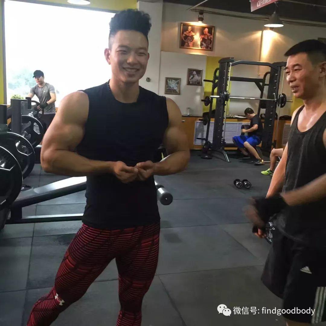 """身高180体重200斤,他是健美圈的""""微笑哥"""""""