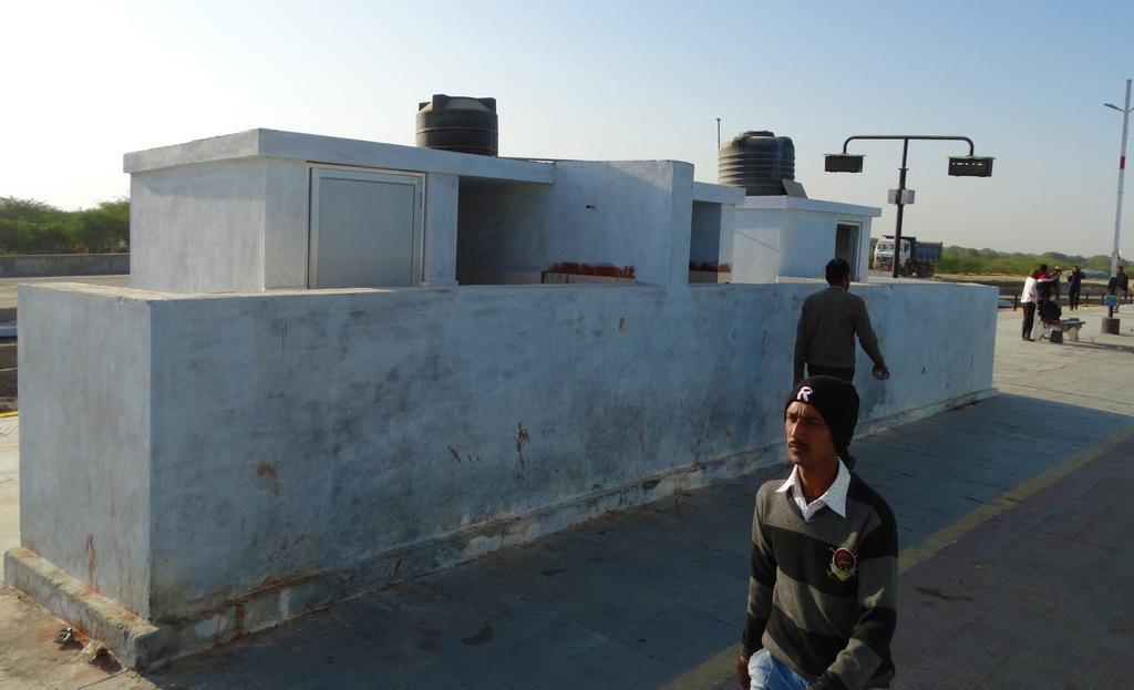 印度厕所内最基本的配置,靠左边有安装较低的水阀,一般还会放置水盆图片