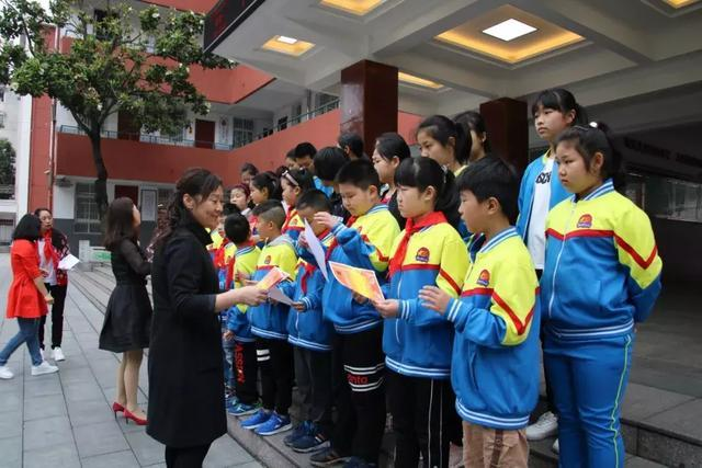 """信阳市第十三小学表彰了在""""学习十九大,争做新时代好队员""""创意手抄报"""