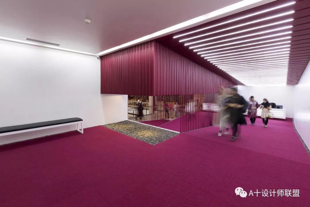 色嗨色影院_整个空间以绯红色覆盖,和周围的环境区分开来,充分强调了影院的存在感