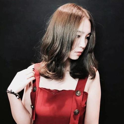 时尚 正文  长度齐肩的发型是当下非常流行的发型,像这样从齐耳处开始