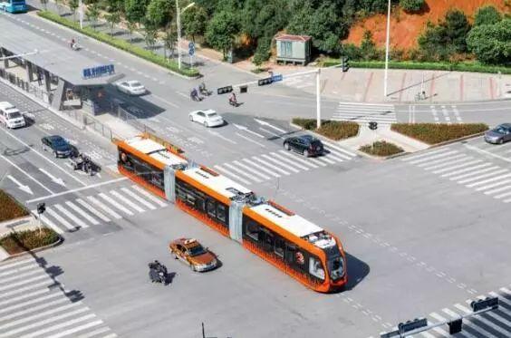 中国制造!全球首列没有轨道的电车来了!造价为有轨电车1/5