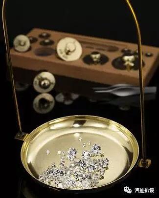 钻石也一直是时尚界的宠儿,blingblingbling一闪一闪,耀眼光芒的钻石是女孩子一生挚爱的时尚单品。
