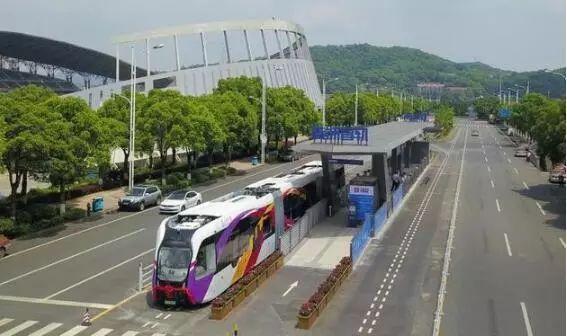 """另一种涂色的列车,从图中可看到其特殊的""""虚拟轨道""""――即那两条白色虚线,虚拟轨道为智轨列车上的传感器提供识别参考(图片来源:中车株洲所提供)"""