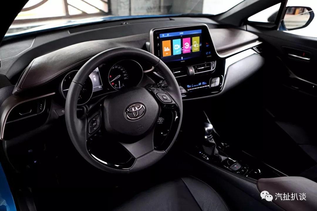 此外,奕泽IZOA的整体设计以驾驶者为中心,中控台角度倾向驾驶席,操作更便捷。在内饰包裹材料的选择上,也采用了大量软性材质,带来形、色、质统一的高感性品质内饰。