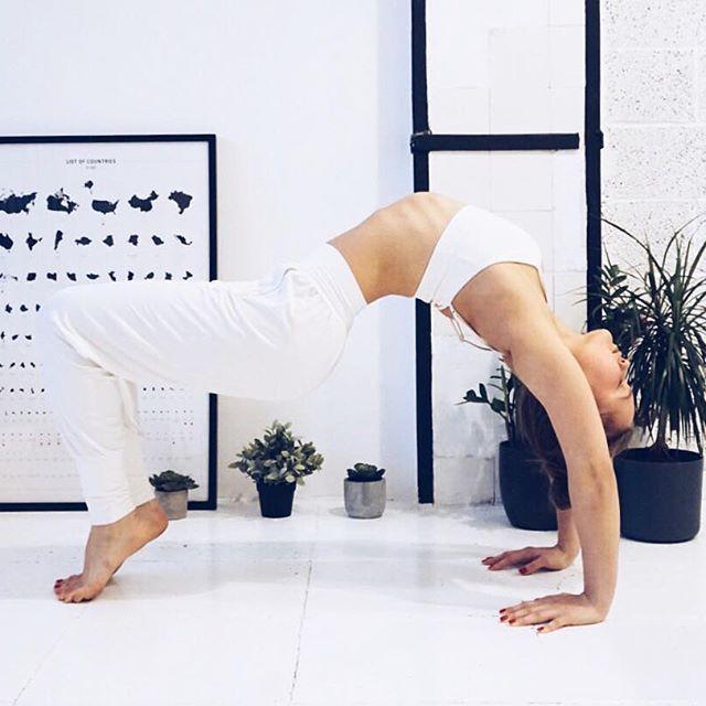 双腿做出半蹲的体式,这样自己可能会觉得不舒服,不过想要把瑜伽练习的图片