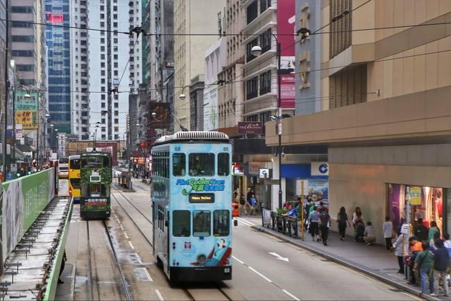 香港最繁华市中心街区的叮叮车,一道特别的风景,距今有100多年的历史