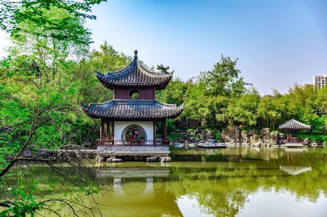小宛去世后,冒辟疆悲痛异常,在池中建了这座小亭以示怀念.