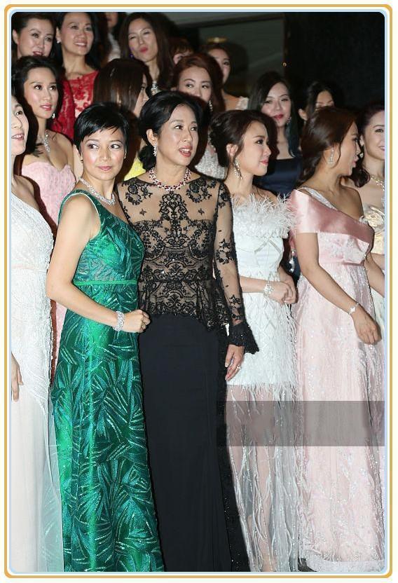 当59岁朱玲玲与36岁郭晶晶同穿蕾丝裙,优雅和性感的差距一目了然