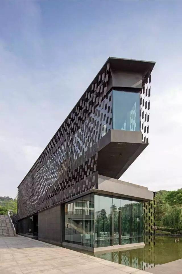 这座美术馆是日本著名建筑设计师隈研吾操刀v系统的,vi系统则由日本饮食建筑设计规范付条文说明图片