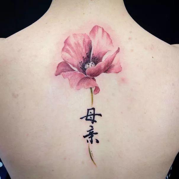 给你看看女孩子脊椎纹身可纹些什么?图片