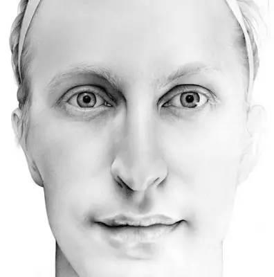 人物头像系列篇 · / 她的超写实素描 表现出了肉欲的性感 手的