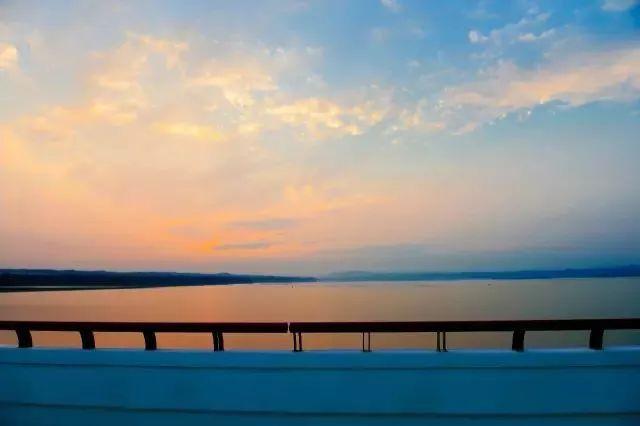 地处黄河中下游分界点,小浪底—西霞院旅游风景区的核心区域,是孟津县