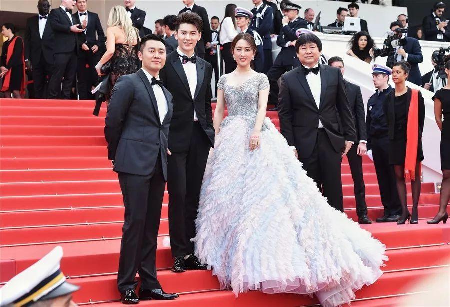 戛纳电影节开幕式红毯,马苏身穿一袭羽毛裙亮相,看女人照片不错的.在线电影犹太还是图片