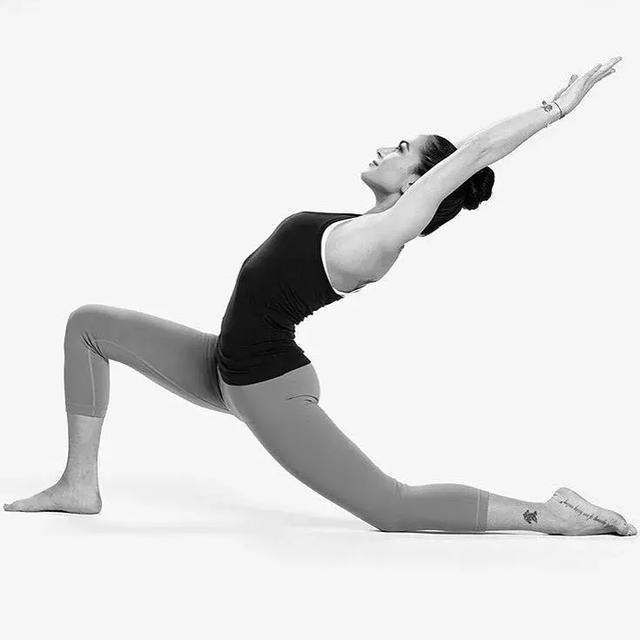 3个初级瑜伽入门体式介绍:山式,树式,新月式图片