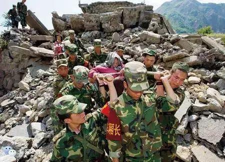 汶川大地震发生后,来自各部的官兵集结灾区,展开救援行动.