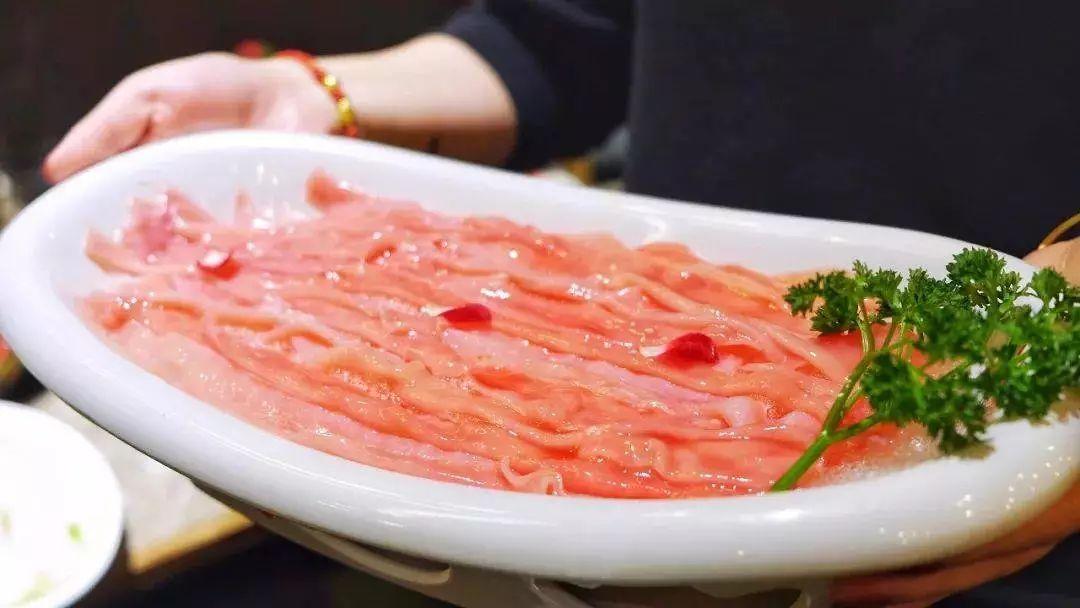 他们懂得尊重每一份来之不易的食材 从器皿到摆盘,从火锅配菜到特色小
