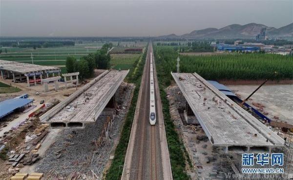 ).近日,京(北京)秦(秦皇岛)高速公路河北段正在加紧施工.