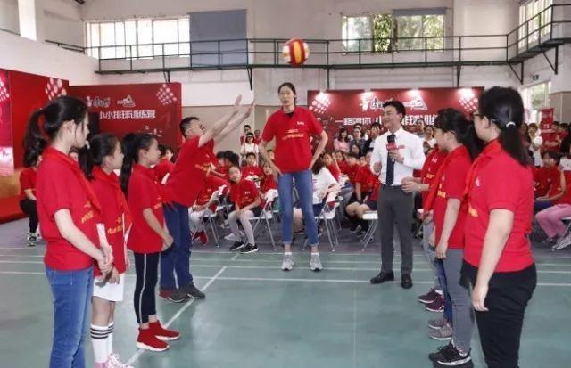 朱婷归国助阵康师傅小小排球训练营 圆儿时当老