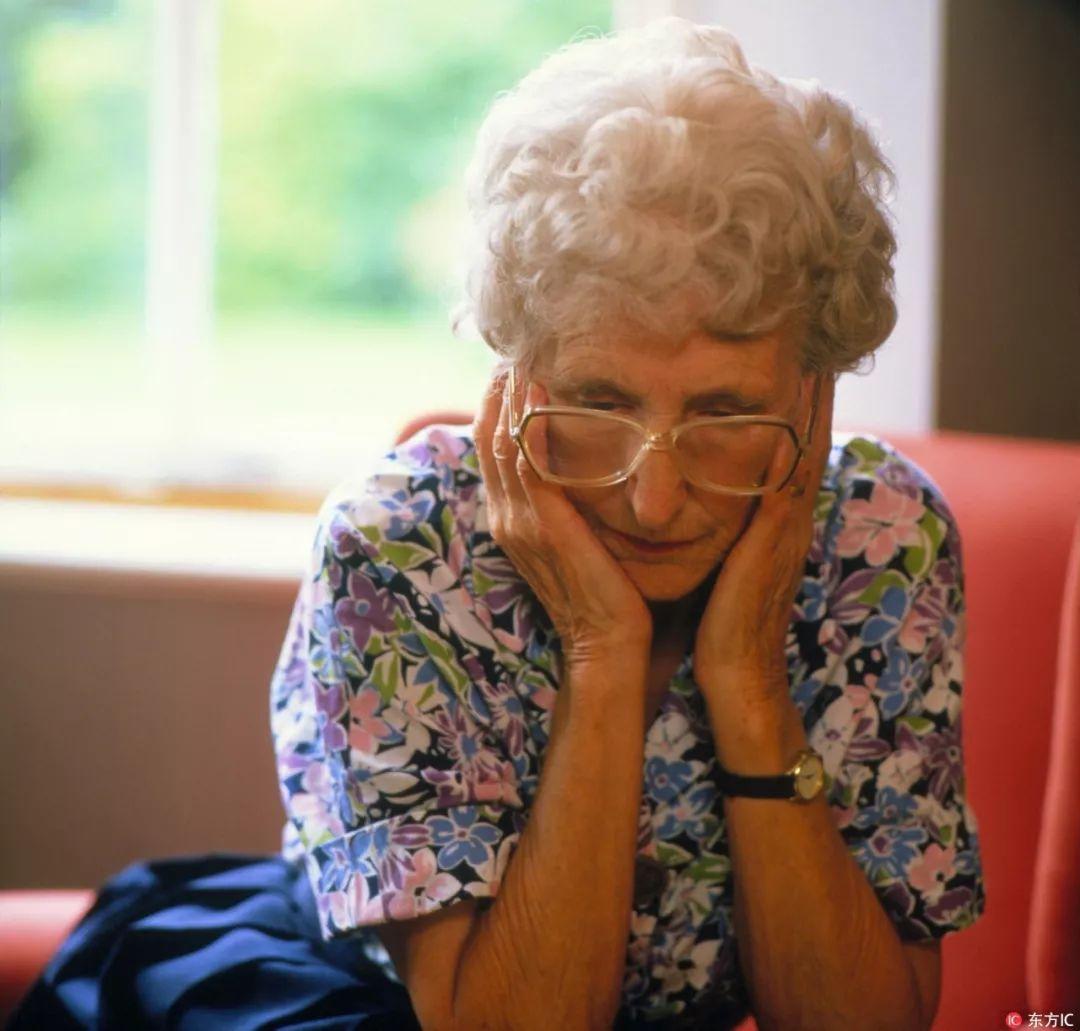 子女身家上亿,老人却哭到天亮!帮忙带娃得上抑郁症,我们欠父母一句谢谢