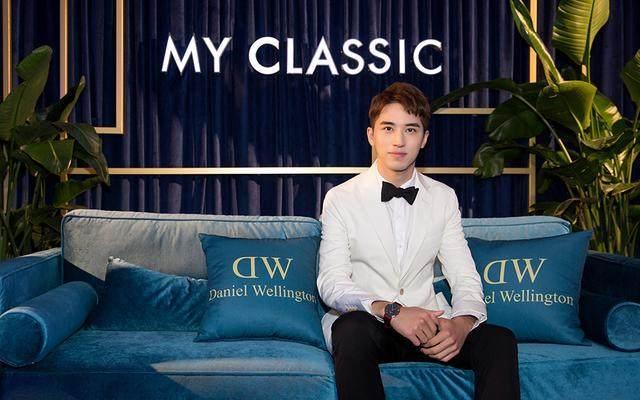 许魏洲白色西装很绅士,然而我却被他身穿豹纹西装的狂野范吸引